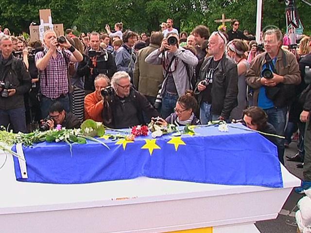 Протест в форме похорон мигранта провели в Берлине