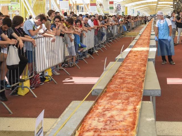 В Италии испекли самую длинную пиццу