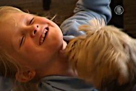 Девочкам с диабетом помогает собака