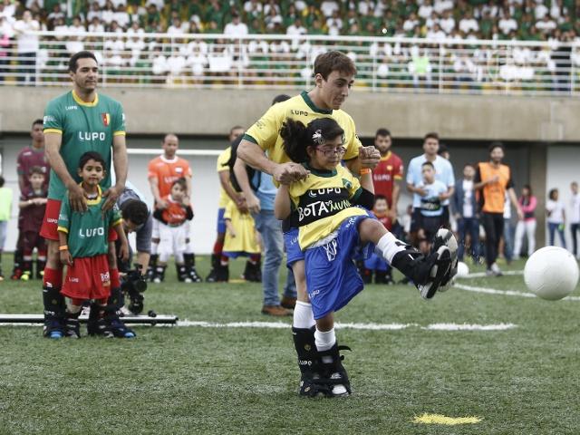 Неймар организовал футбол для детей-инвалидов