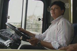 В Нью-Дели впервые за руль автобуса села женщина