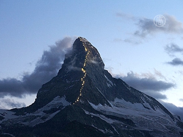 На горе Маттерхорн засияла тропа из огней