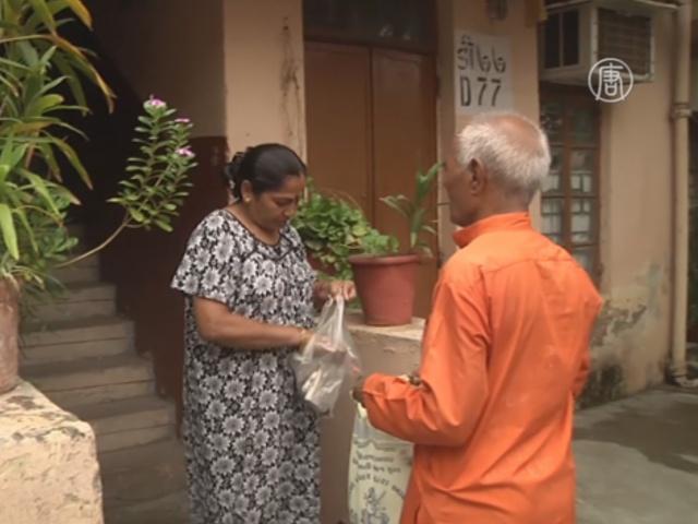 Индийский дедушка собирает лекарства для бедных