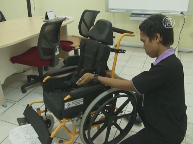 В Индонезии инвалидам дарят коляски