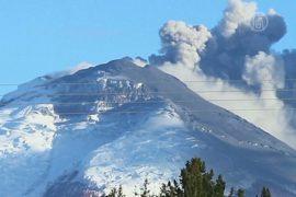 Эквадорцам раздают маски из-за активности вулкана