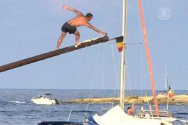 Жители Мальты побегали по смазанному жиром бревну