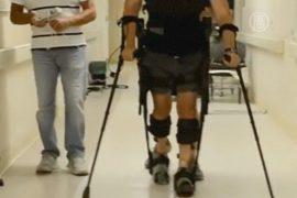 Экзоскелет «научил» ходить парализованного мужчину