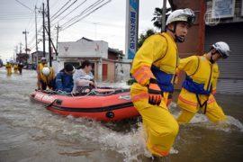 Японцы эвакуируются из-за наводнения