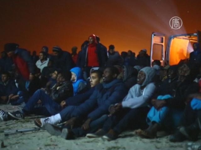 Беженцев в Кале поддержали показом фильма