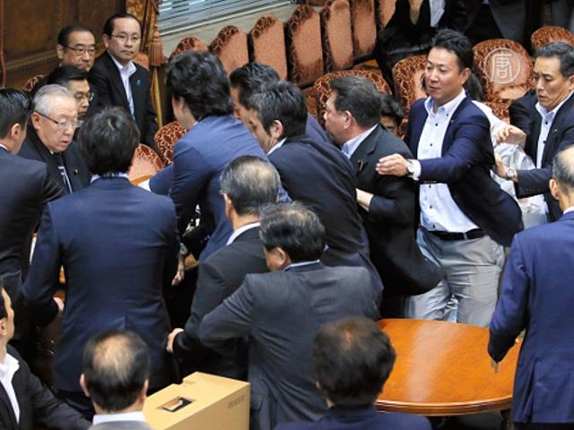 Япония: потасовки в парламенте в ходе голосования