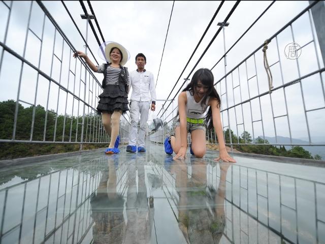 КНР: леденящий душу мост с прозрачным полом