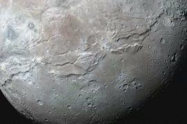На спутнике Плутона разглядели гигантский каньон