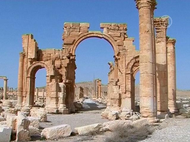 ИГ взорвало Триумфальную арку в Пальмире