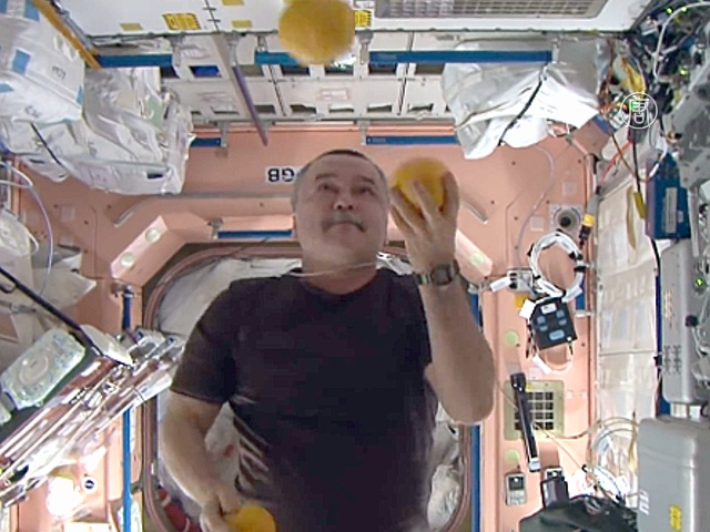 Видео: экипаж устроил «цирк» на борту МКС