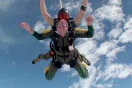 Дедушка впервые прыгнул с парашютом в 92 года