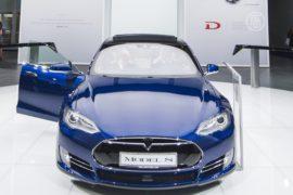 Для владельцев Tesla Model S создали автопилот