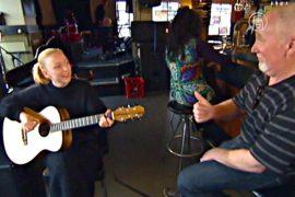 Отец поп-звезды сам сделал гитару для дочери