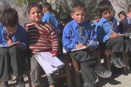 Пакистанские школьники учатся на улицах