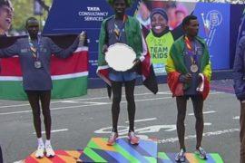 Победители Нью-Йоркского марафона празднуют победу