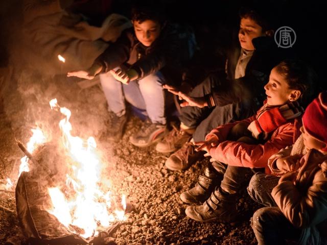 Голодные мигранты жгут костры у границы с Австрией