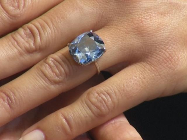 Редкий ярко-голубой бриллиант выставят на аукцион