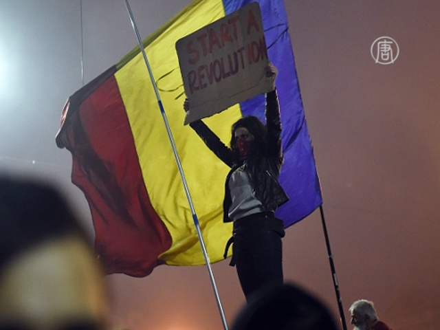 Президент вышел к протестующим в центр Бухареста