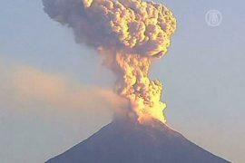 Вулкан Колима выбросил два мощных столба пепла
