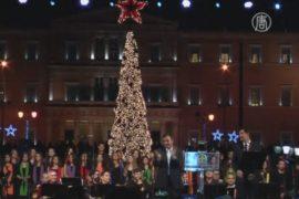 В Афинах зажгли рождественскую ель