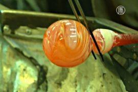 Лондонские стеклодувы учат делать ёлочные шары