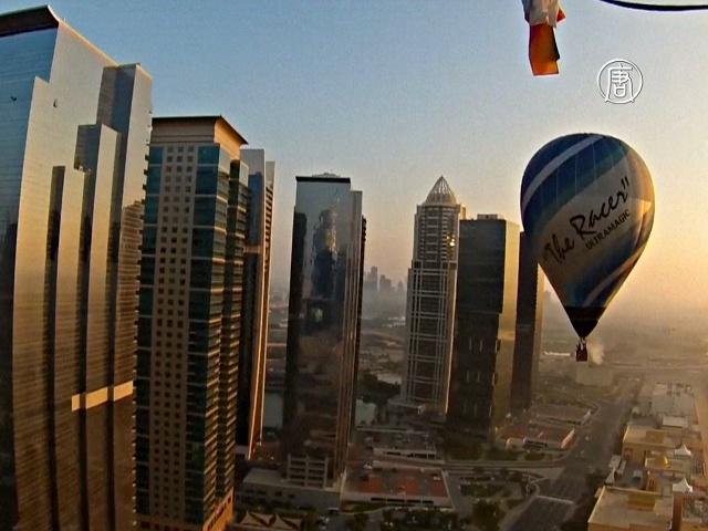 Над Дубаем взлетели десятки воздушных шаров