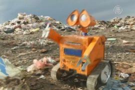 Подросток делает роботов из мусора