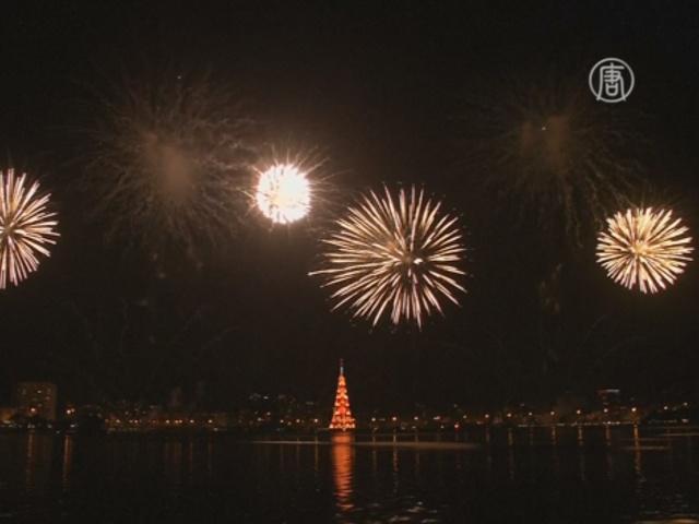 Плавучая рождественская ёлка зажглась в Рио