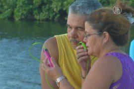 Кубинцы наслаждаются Wi-Fi в парках