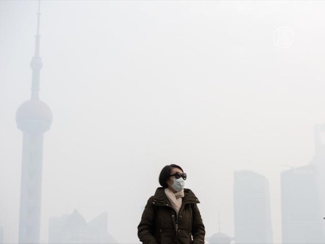 Жители Шанхая страдают от густого смога