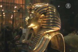 Маске Тутанхамона приклеили бороду пчелиным воском