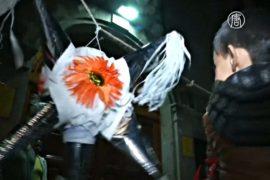 Мексиканцы прощаются с грехами, разбивая пиньяты