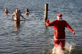 Берлинские моржи ринулись в озеро в костюмах сант