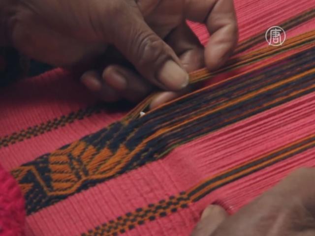 Кечуа знакомят туристов с традициями ткачества