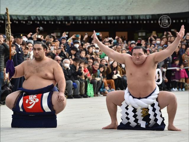 Борцы сумо встретили Новый год ритуальным танцем