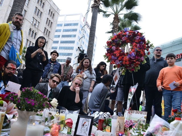 Голливуд: поклонники несут цветы к звезде Боуи