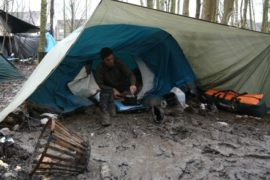 Тысячи мигрантов живут во Франции в холоде и грязи