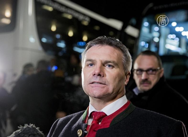Баварский политик отправил беженцев к Меркель