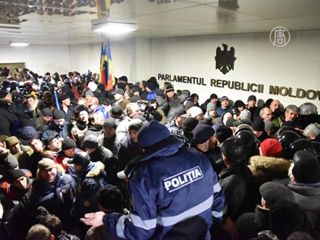 Протесты в Молдове: люди ворвались в парламент