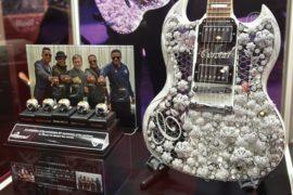 Гитара и светодиоды – хиты ювелирной ярмарки Токио