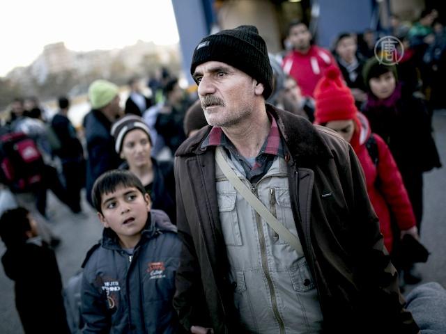 Более тысячи беженцев доставили на пароме в Грецию