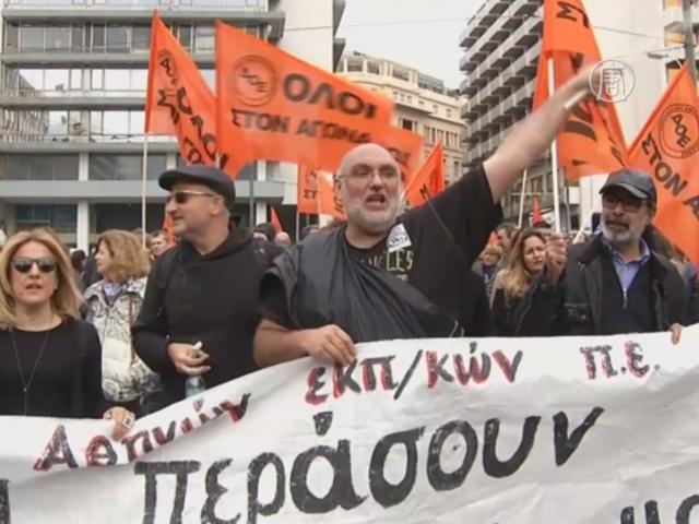 Протесты в Афинах: слезоточивый газ и горящие авто