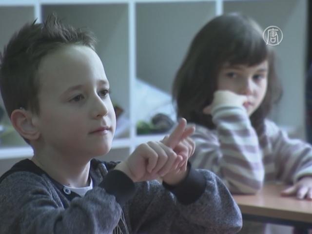 Дети учат язык жестов ради глухого одноклассника