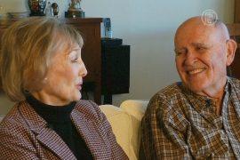 Пожилая пара встречает первую годовщину свадьбы