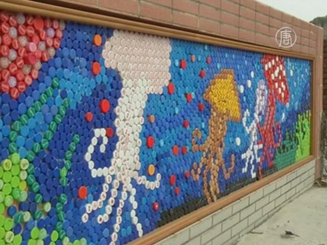 Дети украсили школу мозаикой из крышек