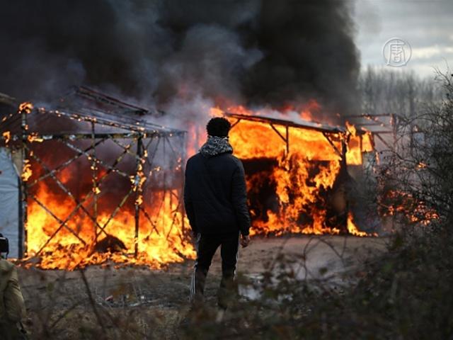 Снос лагеря в Кале: слезоточивый газ и пожар